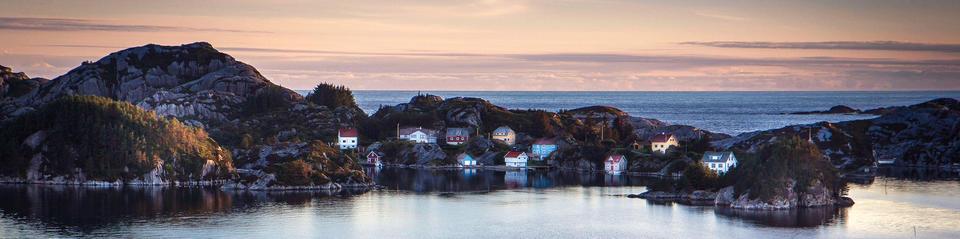 hus i holmane med storhavet i bakgrunn